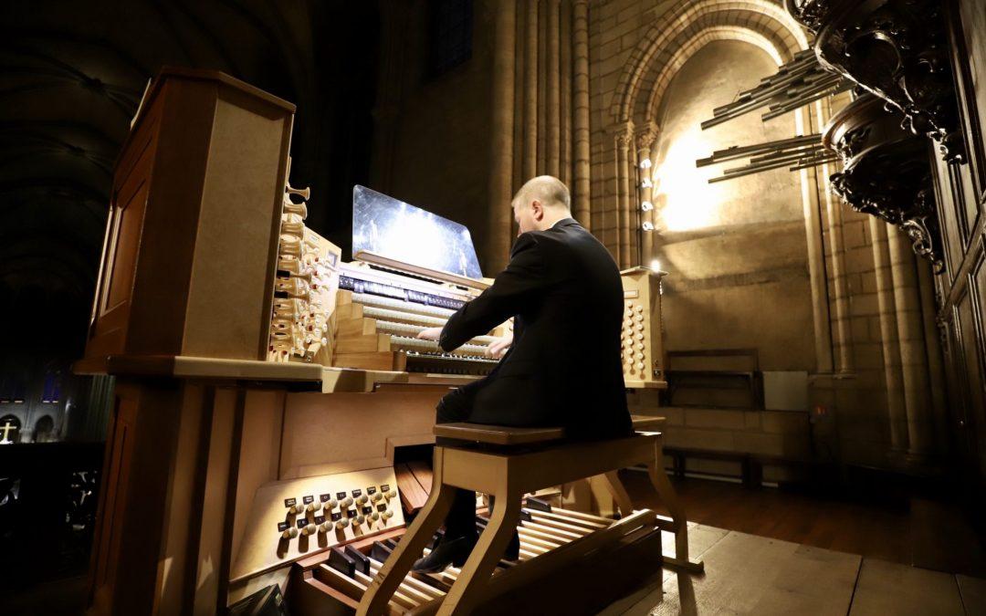 Organiste à Notre-Dame de Paris, Johann Vexo vient à San Francisco pour un concert de soutien